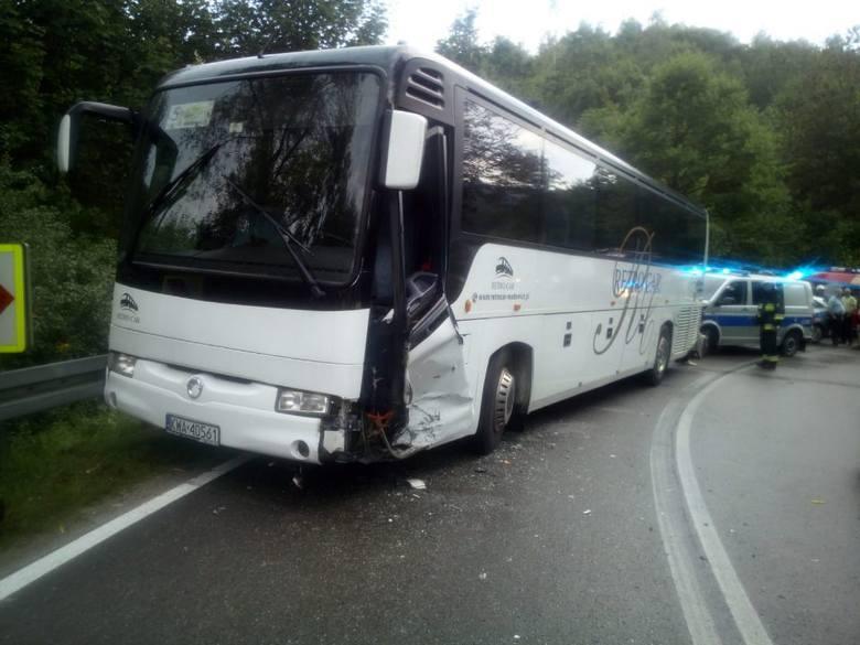 Harbutowice. Samochód osobowy zderzył się z autobusem