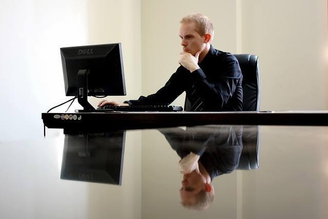 Jeśli pracownik od lat tkwi na tym samym stanowisku i wykonuje ciągle te same zadania bez szans na awans, jedyną perspektywą zmiany, jaką przed sobą