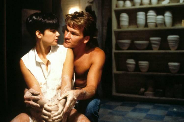 14: Uwierz w duchafilm z początku lat 90., który do dziś zawiera jedną z najbardziej romantycznych scen wszechczasów. Chodzi o... lepienie garnka. Ale