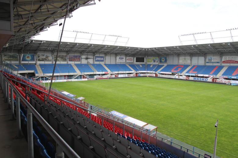 Widok na stadion z miejsc dziennikarskich.