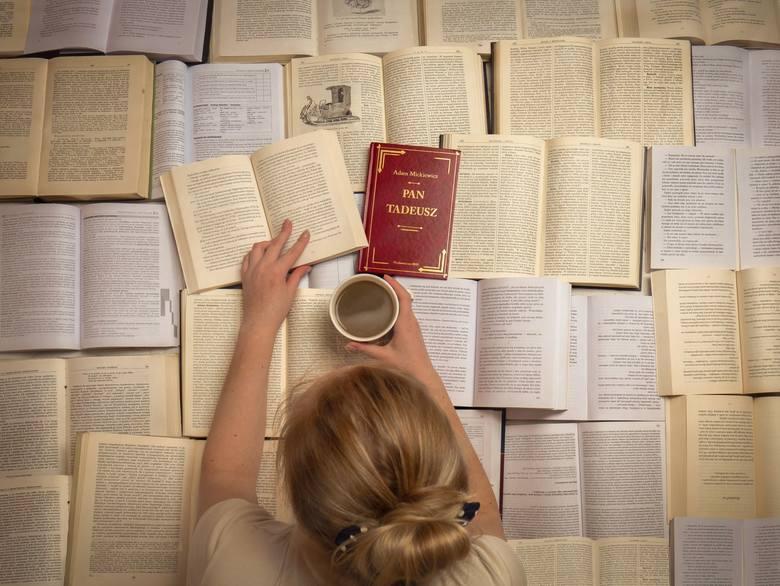 I miejsce - Mikołaj Chaja. Na zdjęciu Natalia Gajek w morzu książek.