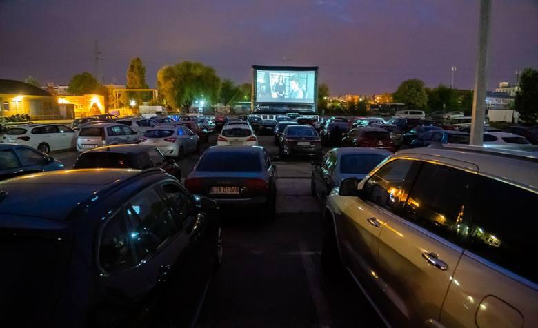 """Pierwszy seans, jaki odbył się w ramach Samochodowego Kina Ferment spotkał się z dużym zainteresowaniem poznaniaków, którzy obejrzeli film """"Sala samobójców."""