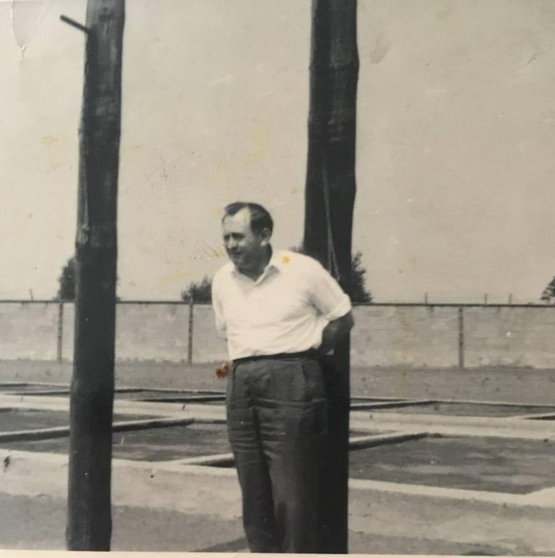 """W latach 60. XX w. Brunon wrócił do Sachsenhausen.  Pokazuje miejsce, gdzie hitlerowcy przywiązywali do słupów więźniów za drobne """"przewini"""