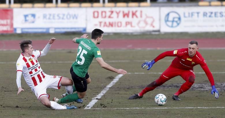 Rzeszowianie, by marzyć o wygranej, muszą zagrać skuteczniej niż w meczach z Górnikiem i Miedzią. Pod bramką łęcznian Przemysław Zdybowicz.