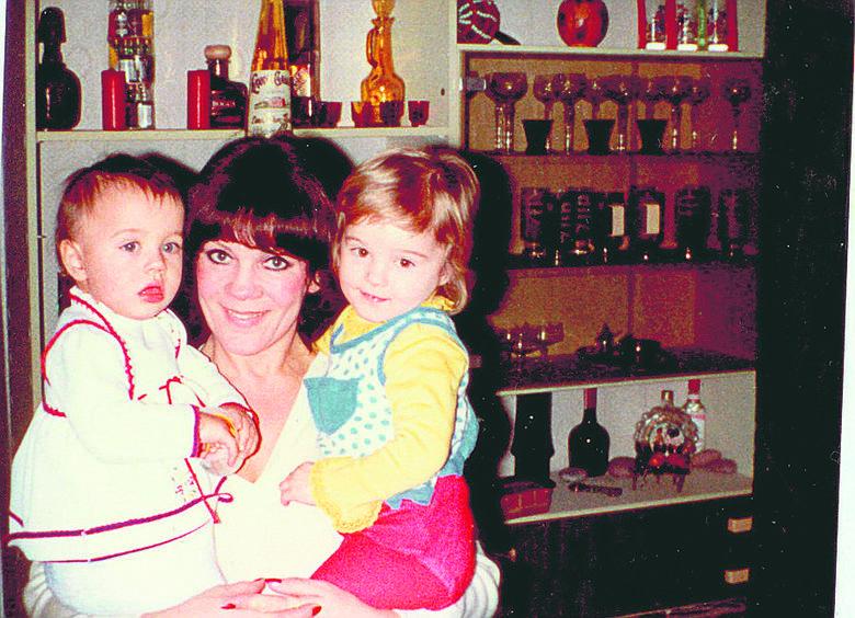 Izabella z córkami - młodszą Kasią (po lewej stronie), i starszą Anią - po prawej