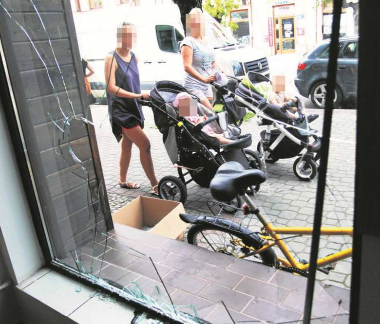 W okradzionym sklepie jubilerskim od rana pracowała policyjna grupa dochodzeniowo-śledcza, a technicy zabezpieczali ślady