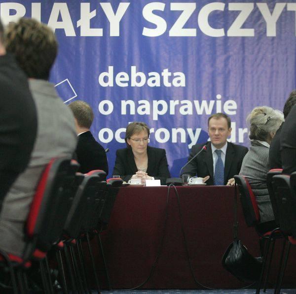 """Premier Donald Tusk i minister zdrowia Ewa Kopacz podczas poniedziałkowego """"białego szczytu"""" poświęconego naprawie systemu ochrony zdrowia."""