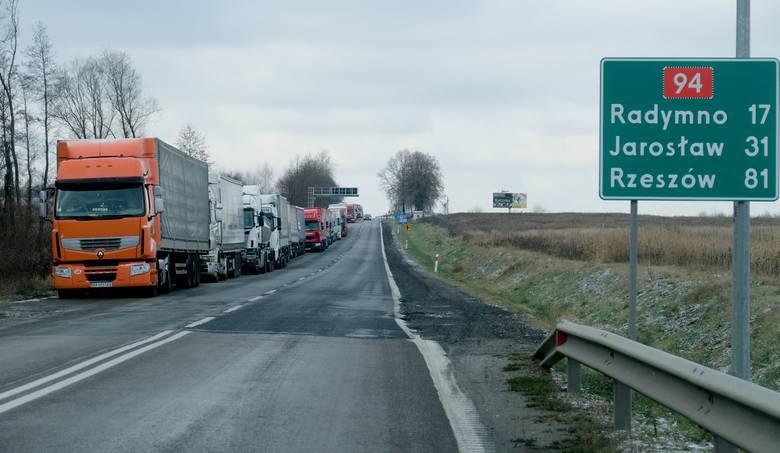 10 kilometrów ma we wtorek kolejka tirów przed polsko-ukraińskim przejściem granicznym w Korczowej koło Jarosławia. Zator to efekt trwających od niedzieli blokad dróg dojazdowych do granicy po ukraińskiej stronie.<br /> <br /> Odprawa graniczna na podkarpackich przejściach granicznych odbywa...