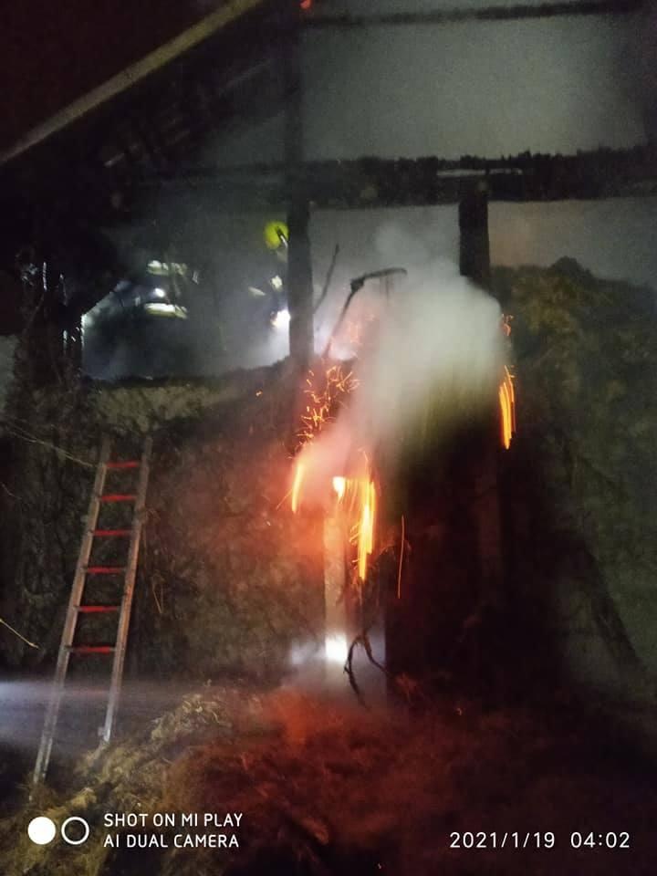 Pożar budynku gospodarczego w Żurawicy. Z ogniem walczyło siedem zastępów strażaków [ZDJĘCIA]