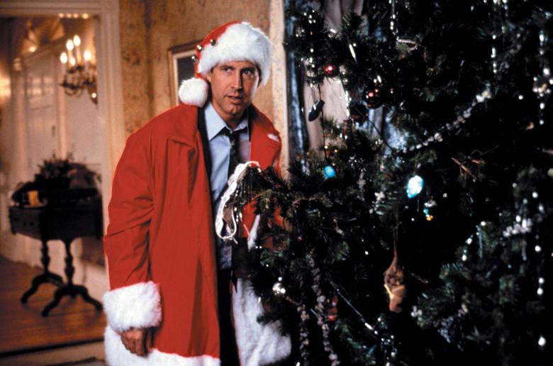 """""""W krzywym zwierciadle: Witaj święty Mikołaju!""""Clark W. Griswold, junior (Chevy Chase) i jego klan szykują się do świąt. Clark wymarzył"""