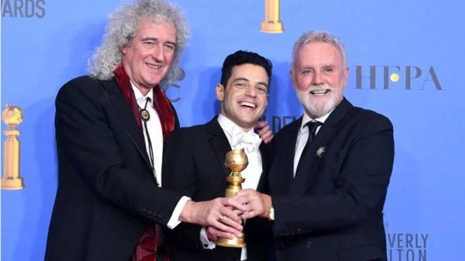 Rami Malek ,i muzycy grupy Queen podczas rozdania Złotych Globów.