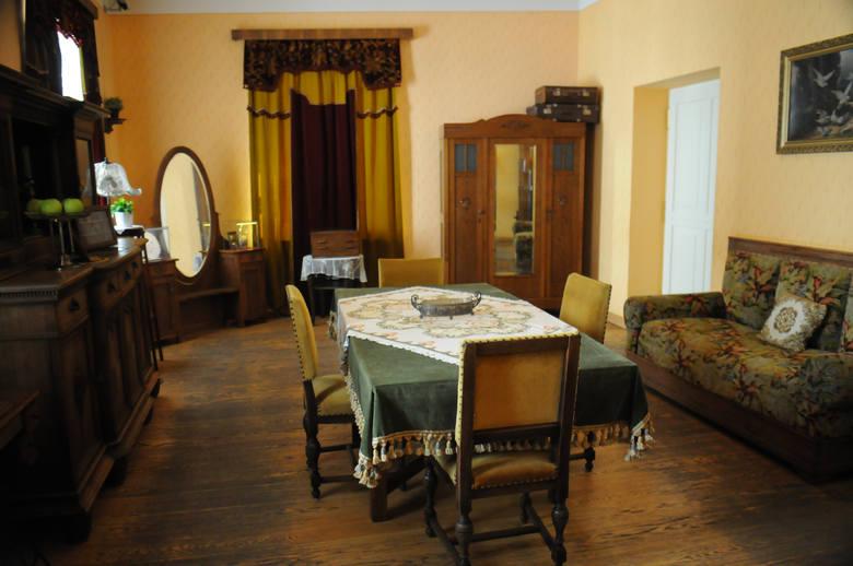 Salon Wojtyłów urządzony był skromnie, po mieszczańsku. Na kanapie po prawej stronie, w 1929 roku, w wieku 45 lat, zmarła schorowana Emilia Wojtyłowa