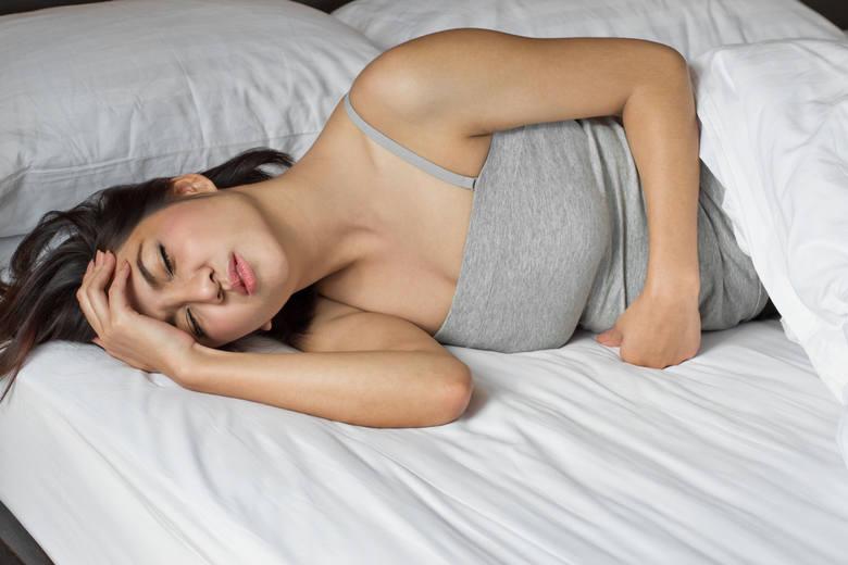 Bezsenność powoduje zmęczenie w ciągu dnia, pogorszenie koncentracji i częstsze występowanie bólów głowy.