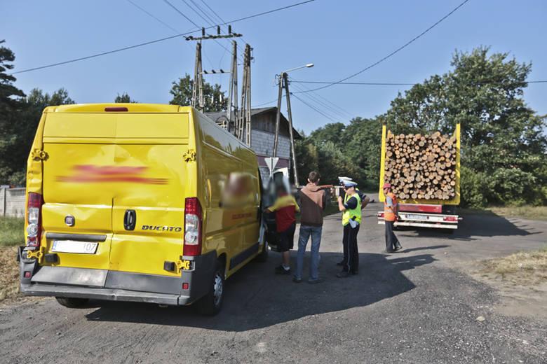 """Ciężarówka uderzyła w busa na """"trasie śmierci"""" w Świdnicy"""