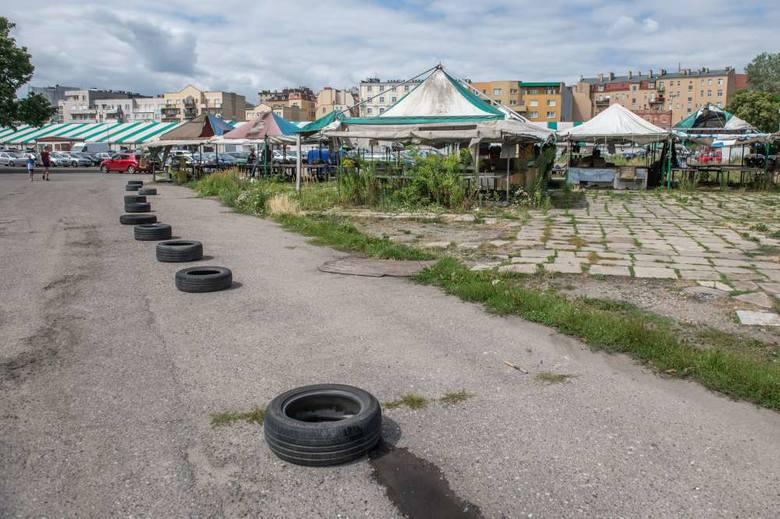 Kupcy z targowiska przy Dolnej Wildzie twierdzą, że likwidacja dzikiego parkingu wokół stadionu Szyca niewiele zmieni, jeśli teren nie zostanie uporządkowany