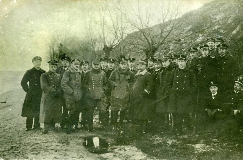 Wspólne zdjęcie marynarzy Batalionu Morskiego i Ułanów Krechowieckich wykonane po ceremonii Zaślubin, 10 lutego 1920 r.