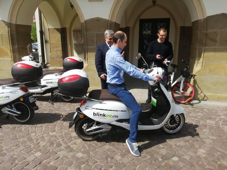 W Rzeszowie można znowu korzystać z miejskiej wypożyczalni rowerów i skuterów. Tegoroczną nowością są elektryczne hulajnogi.Pojazdy dostarczyło konsorcjum