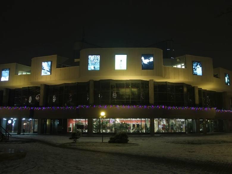 Gmach Kieleckiego Centrum Kultury od piątkowego wieczoru zdobią  podświetlone zdjęcia.