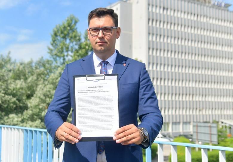 Poseł Frysztak prezentuje interpelację wysłaną do ministerstwa infrastruktury.