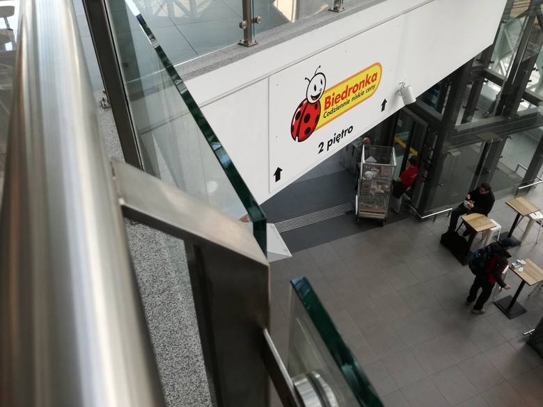 Tydzień temu na terenie dworca kolejowego Poznań Główny otwarta została Biedronka. Tym samym sklepy tej sieci działają już na pięciu dworcach w Polsce.
