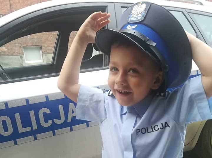 """Kołobrzescy policjanci spełnili marzenie podopiecznego fundacji """"Serce dla Maluszka"""", 4-letniego Dorianka. Chłopiec chciał wcielić się na jeden dzień"""
