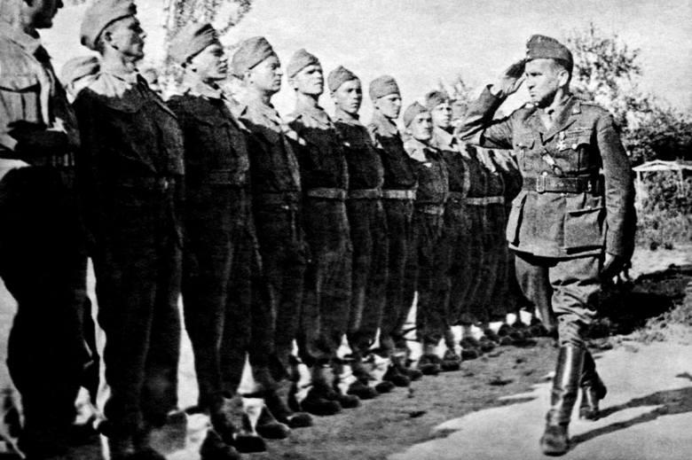 Pułkownik Leopold Okulicki dokonuje przeglądu żołnierzy rekrutów do Bazy Wyszkolenia Cichociemnych w Ostuni (Egipt, 1943 r.)