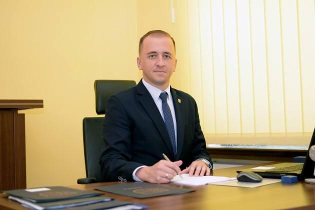 Dariusz Jaworski, burmistrz Witnicy oprócz przywrócenia poprzedniej wysokości pensji domaga się też 9 tys. zł odszkodowania.