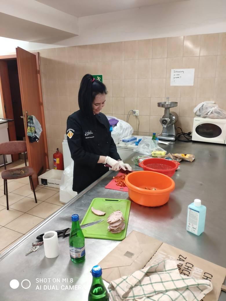 Pracownicy Lubuskiej Spiżarni przygotowują posiłki dla zielonogórskiego szpitala