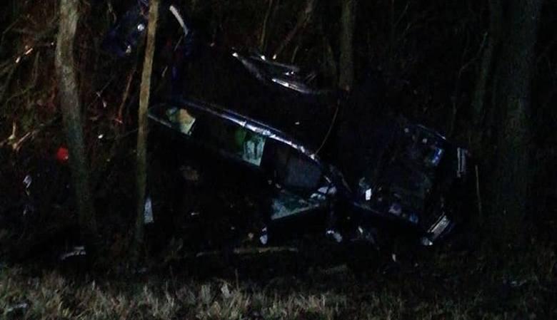 jak informuje dyżurny Wojewódzkiej Komendy PSP w Białymstoku kierowca samochodu osobowego stracił panowanie nad autem, zjechał z drogi i wpadł do ro