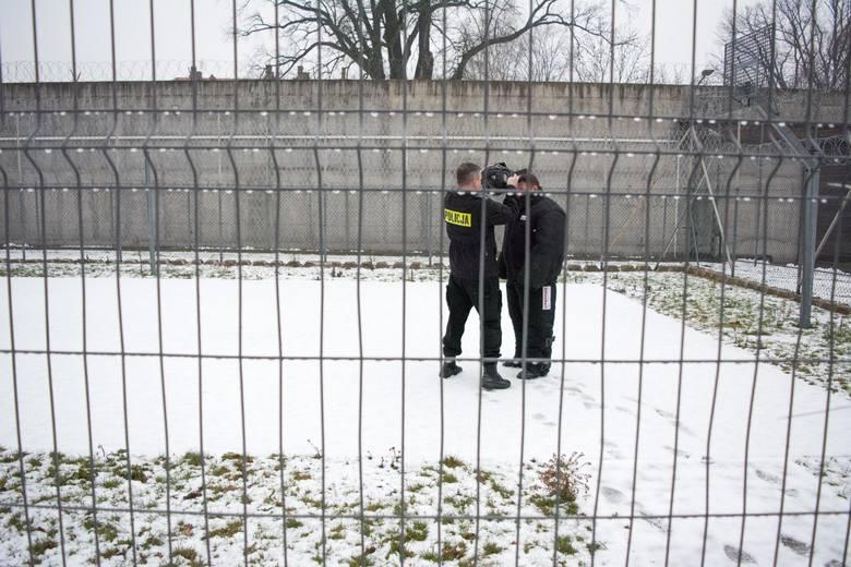 Przy wsparciu psów przeprowadzona została m.in. kontrola wyznaczonych cel i pomieszczeń więziennych. Czworonogi doskonaliły umiejętności w samodzielnej