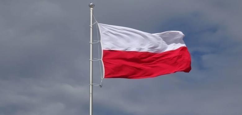 """Projekt """"Pod biało-czerwoną"""" zakłada sfinansowanie przez Rząd Rzeczypospolitej Polskiej zakupu masztów i flag w każdej z gmin w Polsce, której mieszkańcy"""