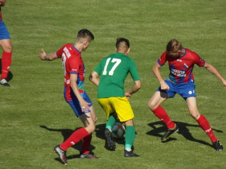 Warmia Grajewo (czerwone koszulki) wygrała 3:1 z Dębem Dąbrowa Białostocka