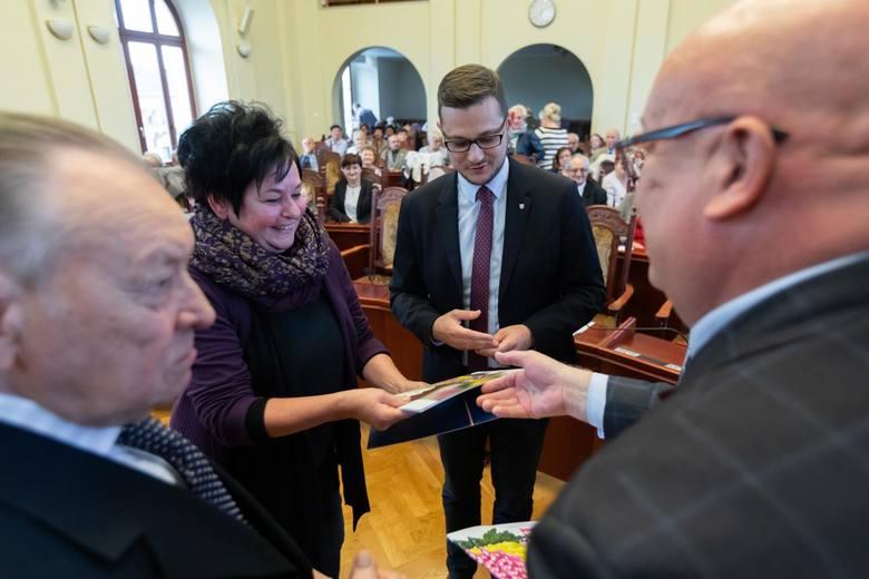 """Gala podsumowująca  konkurs """"Bydgoszcz w kwiatach i zieleni"""" odbyła się wczoraj w sali sesyjnej bydgoskiego ratusza. Zwycięzcy zostali nagrodzeni. Czworo"""