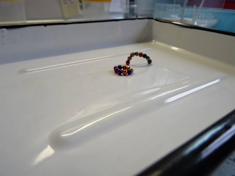 Magnesy neodymowe wielkości pestki czereśni znajdują się w niektórych zabawkach. Zobacz kolejne zdjęcia/plansze. Przesuwaj zdjęcia w prawo - naciśnij