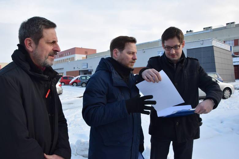 O dalszych krokach prawnych w sprawie uzyskania informacji na temat finansowania majowej gali opowiadali pod budynkiem szpitala działacze Nowoczesnej.
