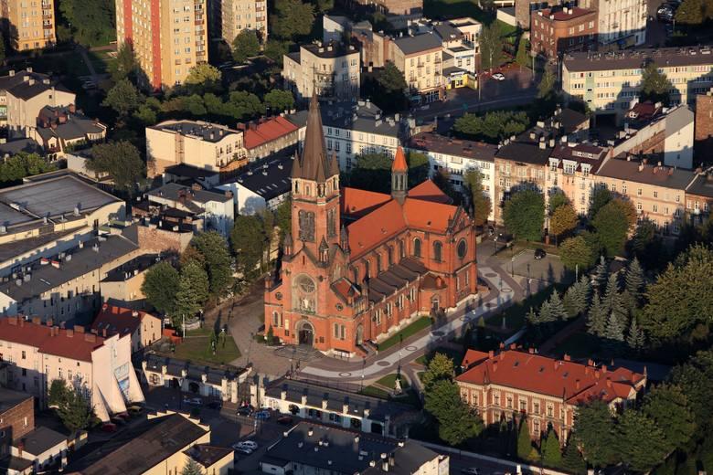 Katedra Wniebowzięcia Najświętszej Maryi Panny to najważniejsza świątynia na terenie diecezji sosnowieckiej. Wciąż trwa jej odbudowa po pożarze.