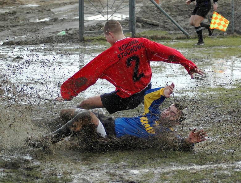Piłkarze Hutnika (niebieskie stroje) w bardzo trudnych warunkach strzelili siedem goli Koronie Stuchowo.