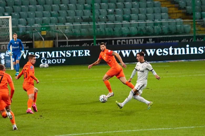Legia Warszawa odniosła pierwsze zwycięstwo na własnym stadionie w PKO Ekstraklasie w tym sezonie. Drużyna Czesława Michniewicza wygrała 2:1 po golach
