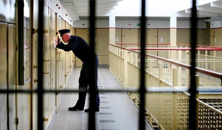 Okrutnym torturom poddany został mężczyzna, który trafił do sześcioosobowej celi wrocławskiego aresztu przy ul. Świebodzkiej. Był podejrzany o oszustwo,