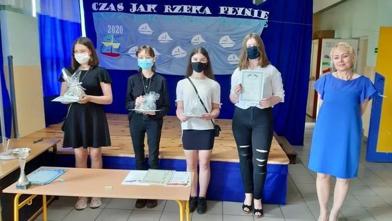 Laureaci konkursu z jego organizatorką Izabelą Jabłonką.