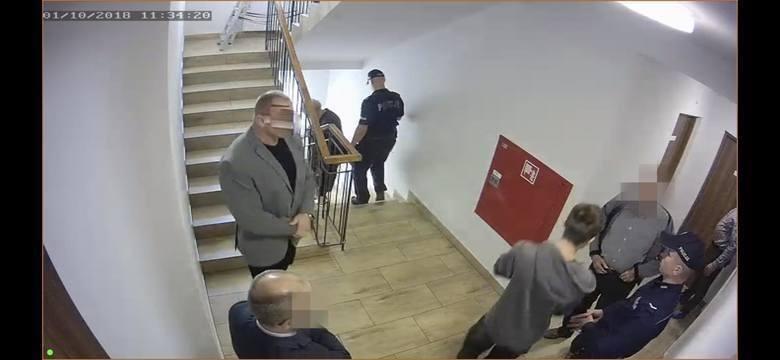 Zajście z udziałem słynnego strongmana uwieczniono na zdjęciach oraz na nagraniach kamer monitoringu. Widać też moment wiercenia dziur w drzwiach pokoju