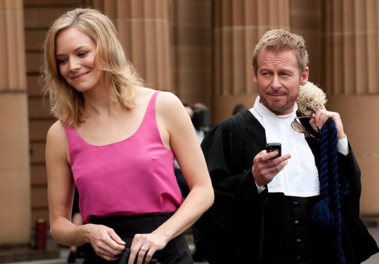 Najszlachetniejszą (choć niepozbawioną miliona wad) osobą w serialu, który dzieje się w Australii, czyli właściwie... wszędzie, wydaje się była prostytutka. Największa miłość głównego bohatera. Z wielu...