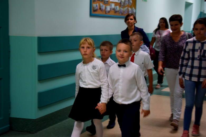 Pierwsze rozpoczęcie roku najmłodszych klas w Szkole Podstawowej nr 2 [ZDJĘCIA]