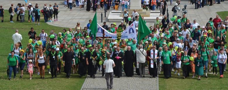 Uczestnicy 38. Kieleckiej Pieszej Pielgrzymki są już na Jasnej Górze. Przez 45 minuty poszczególne grupy podchodziły pod sanktuarium, jako pierwsza Matce