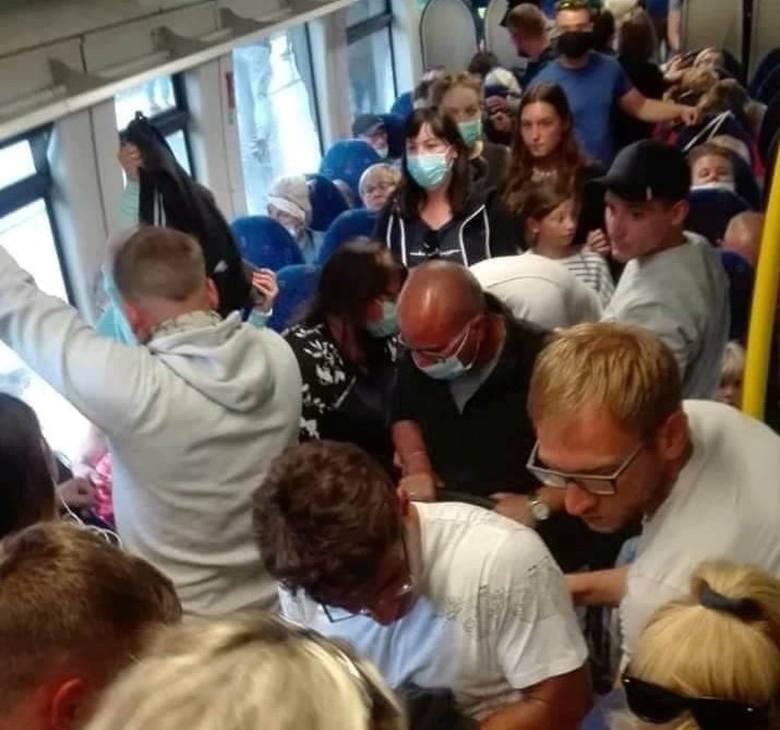 W pociągu z Gdyni do Helu tłumy także podczas epidemii koronawirusa! Pasażerowie nie utrzymują dystansu, wielu nie nosi maseczek