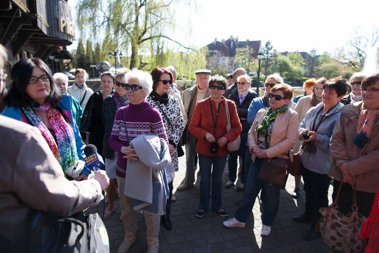 Dr Krystyna Słodczyk i Grzegorz Ostromecki zabrali chętnych na wyjątkowy tematyczny spacer szlakiem ogrodów Pasieki, Miejska Biblioteka Publiczna zaprosiła