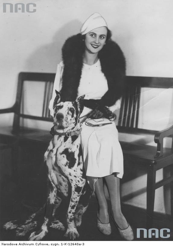 Miss Europa Tatiana Masłowa z psem w warszawskim oddziale IKC.
