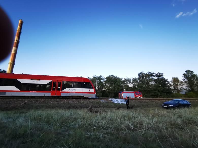 Do zderzenia samochodu z pociągiem w Grębocinie n. Strugą doszło dziś (7.10) około godziny 16 przy ulicy Zakątek. Ze wstępnych informacji KW PSP w Toruniu,