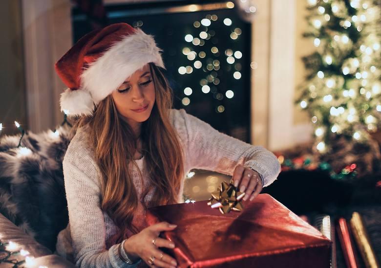 Zobacz 10 prezentów, które Polacy najbardziej chcieliby otrzymać pod choinkę. Badanie przeprowadzono na reprezentatywnej grupie 1008 osób w wieku powyżej