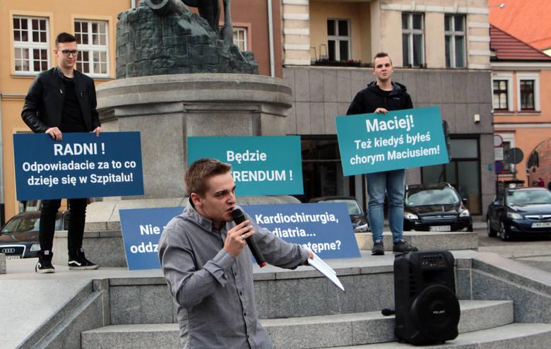 Na Rynku w Grudziądzu zebrała się grupa kilkudziesięciu mieszkańców i działaczy, którym na sercu leży dobro szpitala. Hasłami na transparentach wyrazili